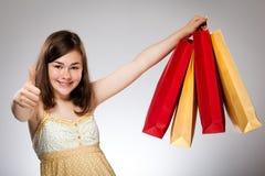 Bolso de compras de la explotación agrícola de la muchacha Fotos de archivo