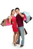 Bolso de compras de los pares que lleva felices atractivos Fotografía de archivo