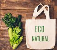 Bolso de compras del algodón con la frase fondo de madera de las verduras verdes NATURALES y frescas de ECO Concepto de Eco Dispo imágenes de archivo libres de regalías