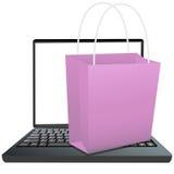 Bolso de compras en el teclado de la computadora portátil a hacer compras en línea Fotografía de archivo
