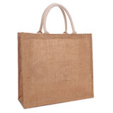 Bolso de compras reciclado del saco de la arpillera aislado en blanco Imagen de archivo