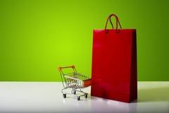 Bolso de compras rojo Foto de archivo