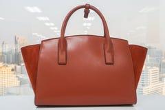 Bolso de cuero anaranjado de las mujeres de moda fotos de archivo libres de regalías