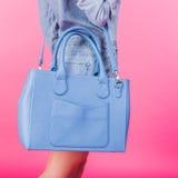 Bolso de cuero azul de la tenencia adolescente en una correa Fotografía de archivo libre de regalías
