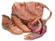 Bolso de cuero de Brown, bufanda y cargadores del programa inicial femeninos de los pares Imágenes de archivo libres de regalías