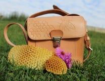 Bolso de cuero de la abeja Foto de archivo libre de regalías