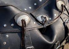 Bolso de cuero del motorista en un primer de la motocicleta Imagen de archivo