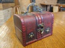 bolso de cuero interesante, viejo, como cuartos del diseño fotos de archivo libres de regalías