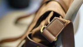 bolso de cuero marrón y una correa de cuero en un fondo ligero Fotos de archivo libres de regalías