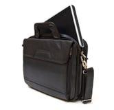 Bolso de cuero negro del ordenador con la computadora portátil Foto de archivo libre de regalías
