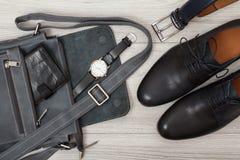 Bolso de cuero para los hombres con la cartera y el reloj en él, b Foto de archivo