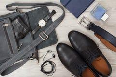 Bolso de cuero para los hombres con la cartera y el reloj en él, p Imagen de archivo libre de regalías