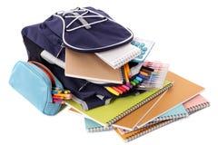 Bolso de escuela, caja de lápiz, libros, plumas, equipo, aislado en el fondo blanco Imágenes de archivo libres de regalías