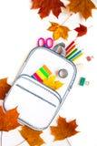 Bolso de escuela creativo hecho del papel con efectos de escritorio de la escuela Cierre para arriba Imagen de archivo