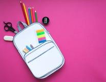 Bolso de escuela creativo hecho del papel con efectos de escritorio de la escuela Cierre para arriba Foto de archivo libre de regalías
