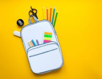 Bolso de escuela creativo hecho del papel con efectos de escritorio de la escuela Cierre para arriba Fotografía de archivo libre de regalías