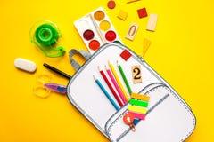 Bolso de escuela creativo hecho del papel con efectos de escritorio de la escuela Cierre para arriba Fotos de archivo