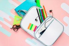 Bolso de escuela creativo hecho del papel con efectos de escritorio de la escuela Cierre para arriba Imagen de archivo libre de regalías