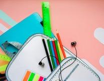 Bolso de escuela creativo hecho del papel con efectos de escritorio de la escuela Cierre para arriba Foto de archivo