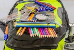 Bolso de escuela, mochila, lápices, plumas, borrador, escuela, día de fiesta, reglas, conocimiento, libros Fotos de archivo libres de regalías