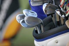 Bolso de golf y conjunto de clubs Fotos de archivo libres de regalías