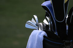 Bolso de golf y conjunto de clubs Imagenes de archivo