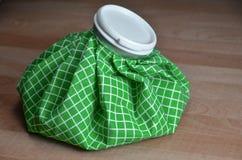Bolso de hielo verde en la tabla Imágenes de archivo libres de regalías
