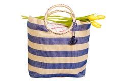 Bolso de la comida campestre con las flores Imágenes de archivo libres de regalías