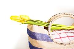 Bolso de la comida campestre con las flores Imagen de archivo libre de regalías