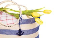 Bolso de la comida campestre con las flores Fotografía de archivo