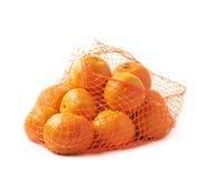 Bolso de la malla por completo de las mandarinas aisladas Fotografía de archivo libre de regalías