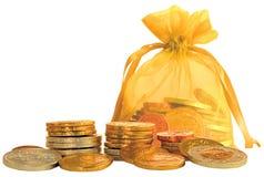 Bolso de la moneda y pilas de monedas del chocolate del oro y de la plata Foto de archivo libre de regalías