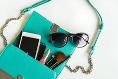 Bolso de la mujer con maquillaje, el teléfono móvil y los accesorios Foto de archivo libre de regalías