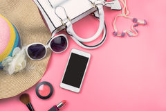 Bolso de la mujer con maquillaje y accesorios aislados en backg rosado Fotografía de archivo