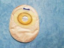 Bolso de la operación del intestino grueso en fondo azul foto de archivo libre de regalías