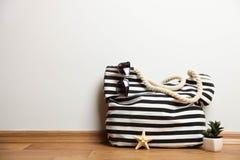 Bolso de la playa con las gafas de sol y suculento rayados fotografía de archivo libre de regalías