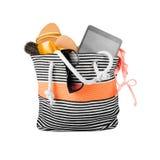 Bolso de la playa con los accesorios fotografía de archivo libre de regalías