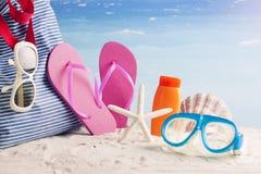 Bolso de la playa con los accesorios de la playa Fotografía de archivo libre de regalías