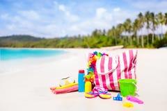 Bolso de la playa con los accesorios de la natación Vacaciones del mar imagen de archivo libre de regalías