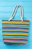 Bolso de la playa del verano con las rayas Fotos de archivo libres de regalías