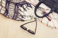 Bolso de la playa de la paja del verano del vintage, vidrios de sol y abrigo de mimbre de la ropa de playa del encubrimiento en l fotos de archivo
