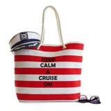 Bolso de la playa de la raya, capitanes sombrero y gafas de sol rojos Imagen de archivo libre de regalías