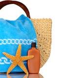 Bolso de la playa, toalla azul, protección solar, Fotos de archivo