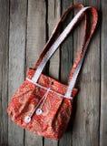 Bolso de la tela de la mujer sobre fondo de madera rústico Imagen de archivo libre de regalías