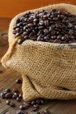 Bolso de lino con los granos de café Fotografía de archivo libre de regalías