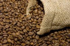 Bolso de lino con los granos de café Imagen de archivo libre de regalías
