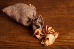 Bolso de manzanas secadas en el fondo de madera Imagenes de archivo