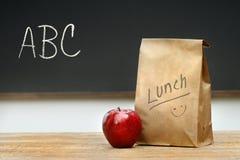 Bolso de papel del almuerzo en el escritorio Imagen de archivo libre de regalías