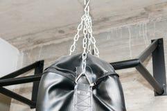 Bolso de perforación negro del boxeo del ob de la parte superior con el primer de las cadenas Fotografía de archivo libre de regalías