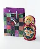 Bolso de regalos y del matryoshka Fotos de archivo libres de regalías